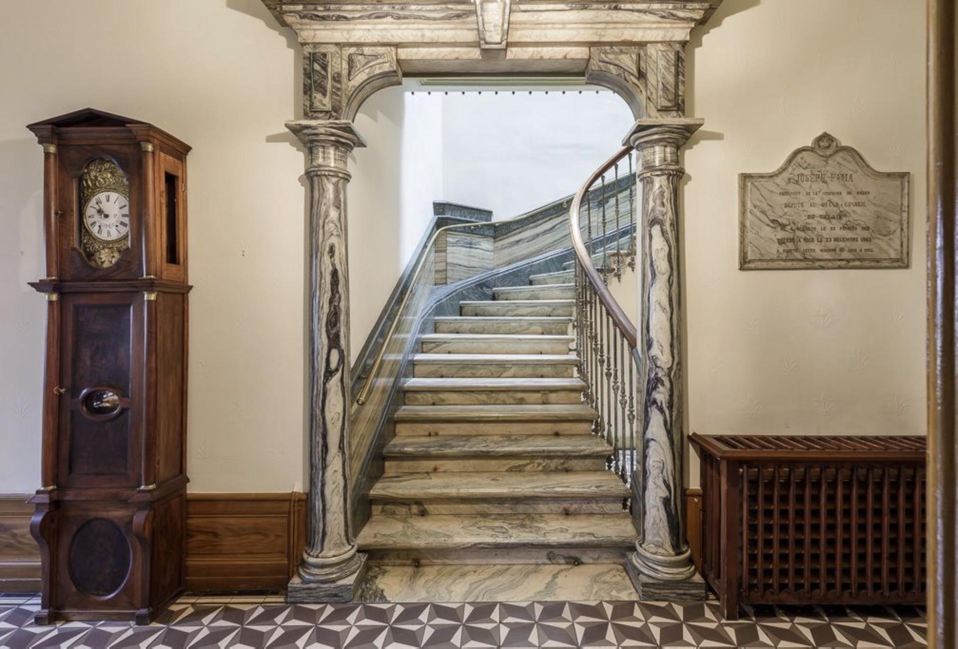 Les escaliers en marbre de Saillon de la villa Fama
