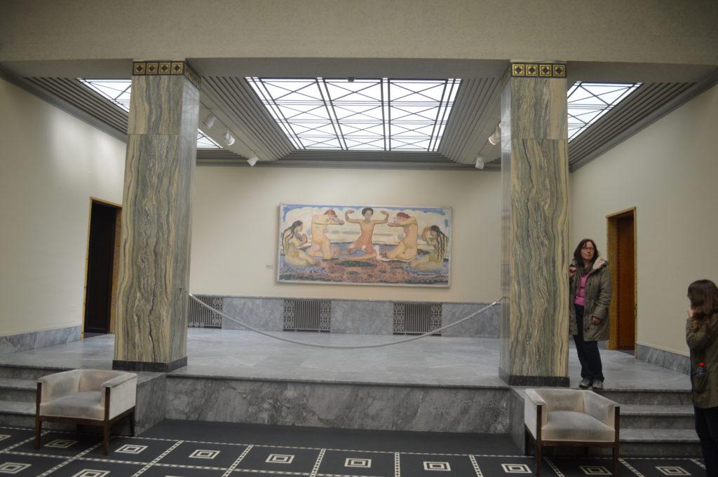 Deux piliers de marbres cipolin de Saillon au Kunsthaus de Zurich qui entourent une toile de Ferdinand Hodler